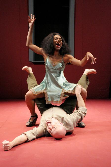 "Wilma Melo e Marcos França, ""A Serpente"", pelo Teatro do Pequeno Gesto (foto: Luiz Henrique Sá)"
