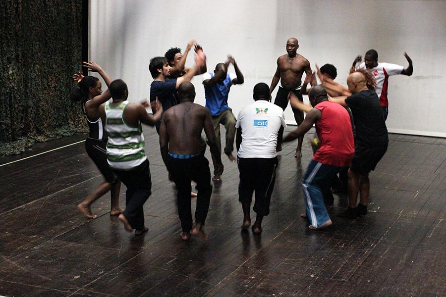 O coreógrafo Zebrinha dirigindo o ensaio (foto: Eduardo Pinto)