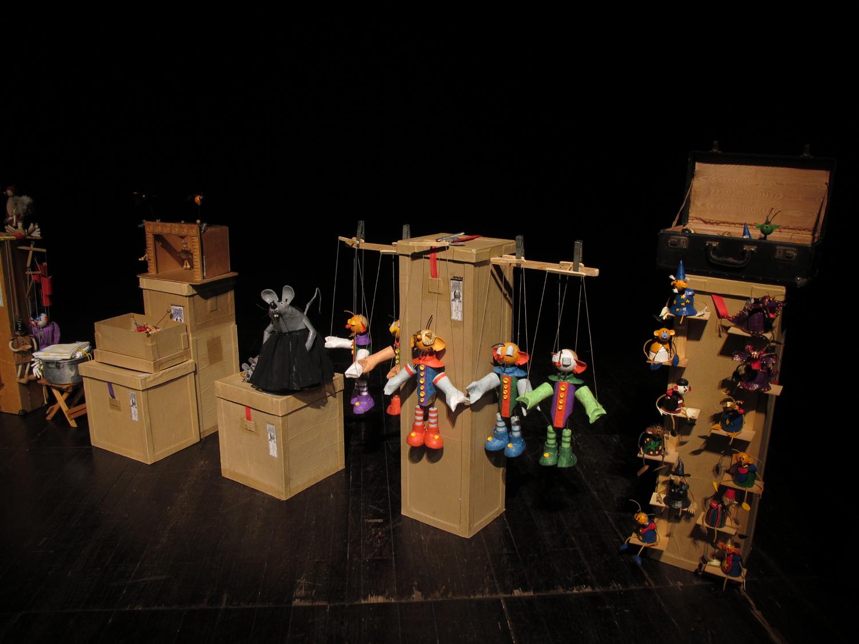 As caixas e os bonecos de Delphim Miranda