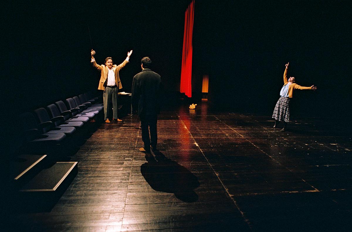 """Jorge Loureiro, Igor Lebreaud e Maria João Robalo, """"Da sensação de elasticidade quando se marcha sobre cadáveres"""" (foto: Augusto Baptista)"""