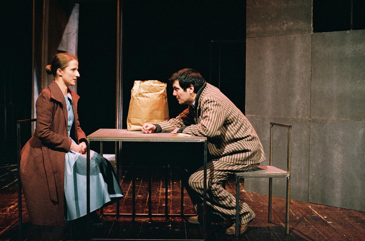 """Maria João Robalo e Igor Lebreaud, """"Da sensação de elasticidade quando se marcha sobre cadáveres"""", de Matéi Visniec (foto: Augusto Baptista)"""