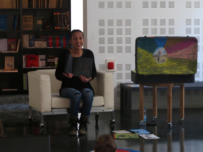 """Cláudia Sousa, em """"Flores de Livro - leitura de contos para a infância"""""""