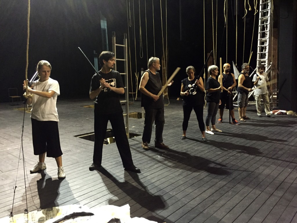 """Ensaios de """"Embarcação do Inferno"""" no Teatro Garcia de Resende (foto: Sofia Lobo)"""