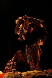 """""""1325"""", pelo Peripécia Teatro (foto: Miguel Meireles)"""