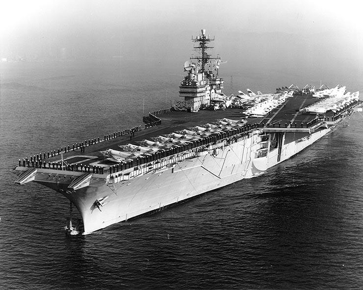 """Porta-aviões americano """"Saratoga"""", um dos navios da NATO que fundeou no Tejo em 1975"""