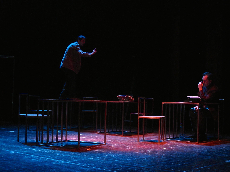 """Igor Lebreaud e Jorge Loureiro, """"Da sensação de elasticidade quando se marcha sobre cadáveres"""" (foto de ensaio; ©A Escola da Noite/2014)"""