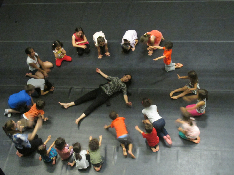 """Leonor Barata numa das oficinas de dança criativa que dirigiu no TCSB, na primeira temporada dos """"Sábados para a infância"""""""