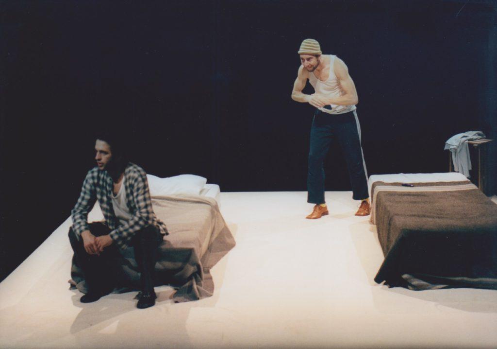 """Ricardo Correia e Carlos Marques, """"Dois perdidos numa noite suja"""", encenação de Sílvia Brito (A Escola da Noite/2004, foto: Augusto Baptista)"""