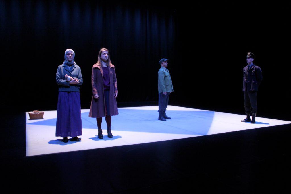 """Sofia Lobo, Maria João Robalo, Miguel Magalhães e Igor Lebreaud, """"Cinzas..."""" (foto de ensaio: Pedro Rodrigues)"""