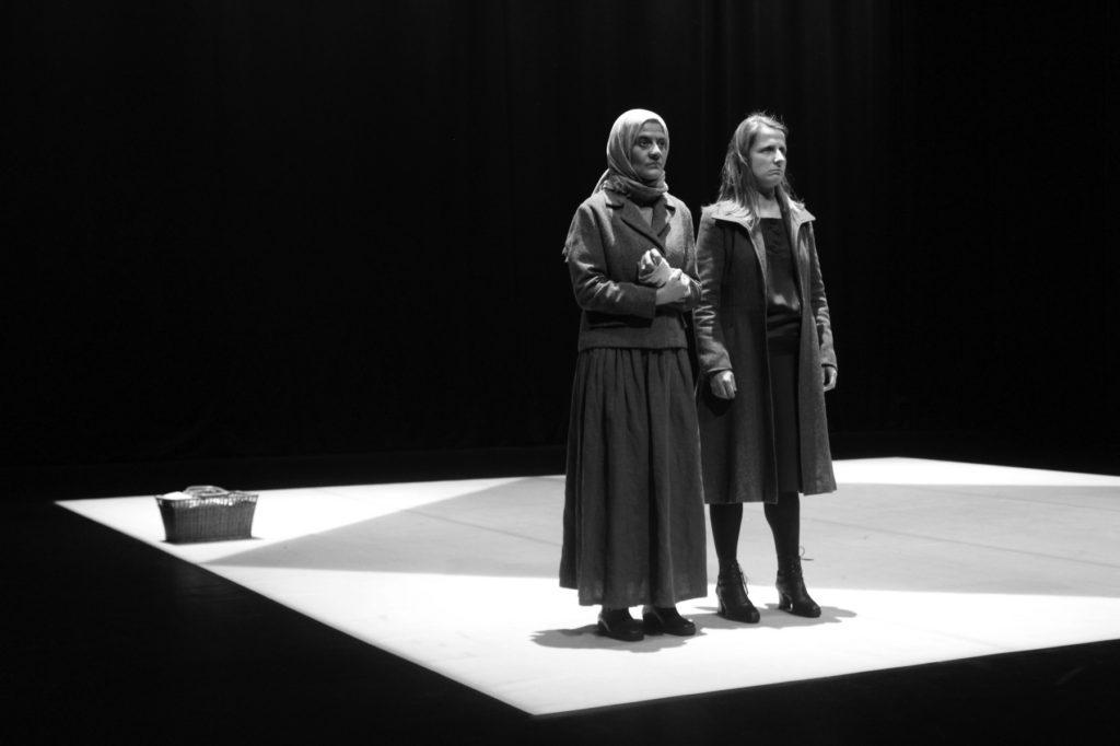 """Sofia Lobo e Maria João Robalo, """"Cinzas..."""" (foto de ensaio: Pedro Rodrigues)"""